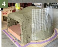 土を塗り重ねて割れ防止のネットを貼ります。